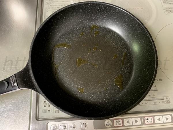 IHで真ん中焦げない餃子の焼き方、フライパンを熱する