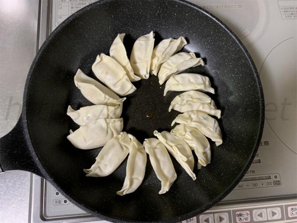 IHで真ん中焦げない餃子の焼き方、餃子を並べる