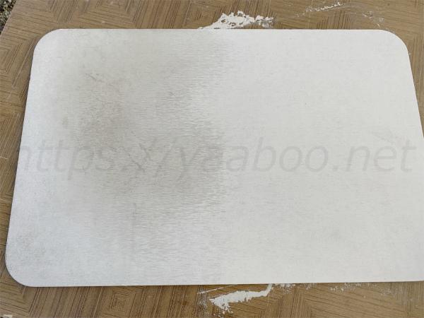珪藻土バスマットをヤスリがけした表面と皮脂で汚れた表面